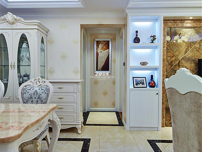主卧的设计也是走大方的路线,手工的木工衣柜,无论是外形和油漆的花色